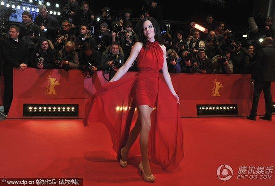 图文:柏林电影节开幕红毯 Kate Hall玉腿毕现