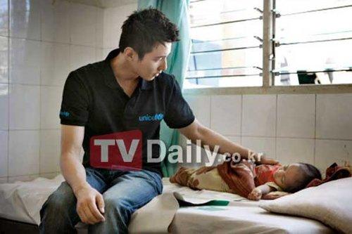 元斌拍联合国公益广告 赴山区为贫苦儿童献爱心图片