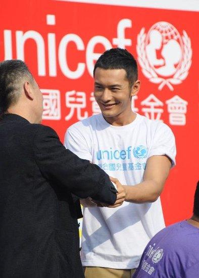 黄晓明三年连任联合国基金会大使计划探访非洲(图文)