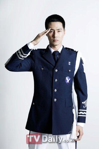 赵仁成身着军装帅气逼人 正在空军军乐队服役