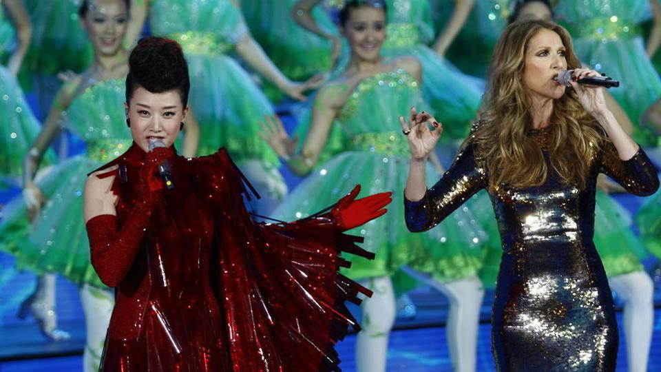 宋祖英红装大气 与天后席琳迪翁合唱《茉莉花》