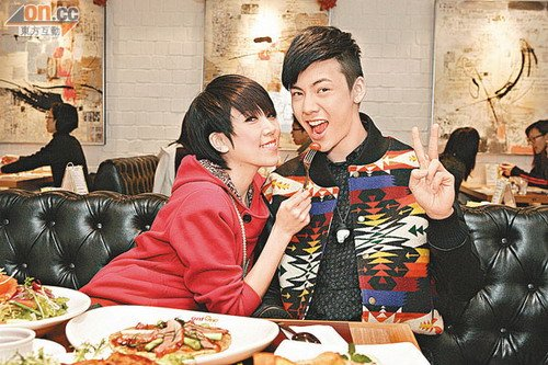陈伟霆预祝圣诞吃大餐 钟舒漫取代阿Sa位置