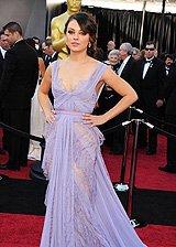 米拉紫裙飘逸性感走红毯