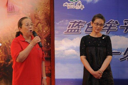 《春暖花开》举行发布会 李小冉、潘虹泪洒现场