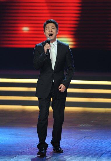第17届上海电视节开幕 撒贝宁唱《飞得更高》