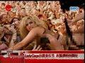 视频:Lady Gaga近乎全裸 衣服遭粉丝撕扯