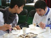 马天宇与特殊儿童一起吃饺子