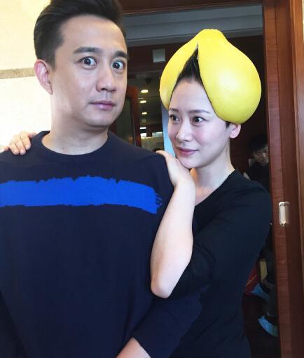 海清头顶柚子皮与黄磊合影 网友:帽子真好看