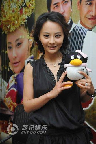 马娅舒沪上宣传《大丫鬟》 晒幸福秀钻石婚戒
