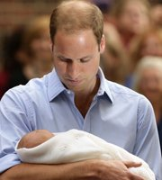 威廉王子凝视儿子
