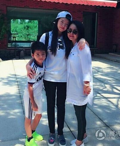 王中磊女儿出国留学 威廉送行紧抱姐姐依依不舍