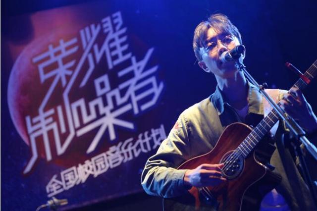 你见过摇滚风格的陈鸿宇吗?登陆武汉高校献唱