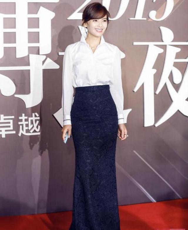 41岁赵薇与38岁刘涛撞衫,气质怎么相差这么大!