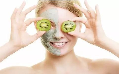 女人敷面膜能保养皮肤