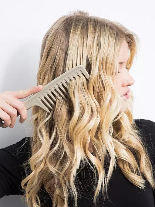 其实在头发特别干燥的情况下梳理特别容易让头发毛躁起静电,而且还图片