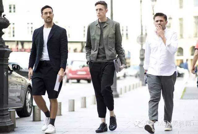 时髦的boy即使没穿外套也在去买外套的路上了