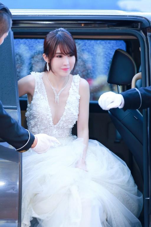 吴宥萱亮相首届塞班电影节红毯,深V长裙高定珠宝惊艳全场