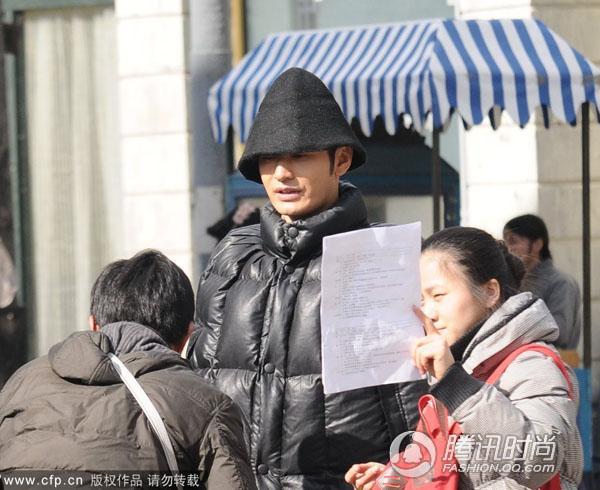 黑色斗篷创款羽绒服很有大上海许爷的霸气,三角形的窝头针织帽让这身