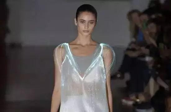 当时尚遇上高科技,刘雯容祖儿霉霉RiRi穿过的这些衣服怎么不上天呢