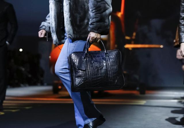 米兰男装周的时尚处方 带方巾不娘拿手包不gay