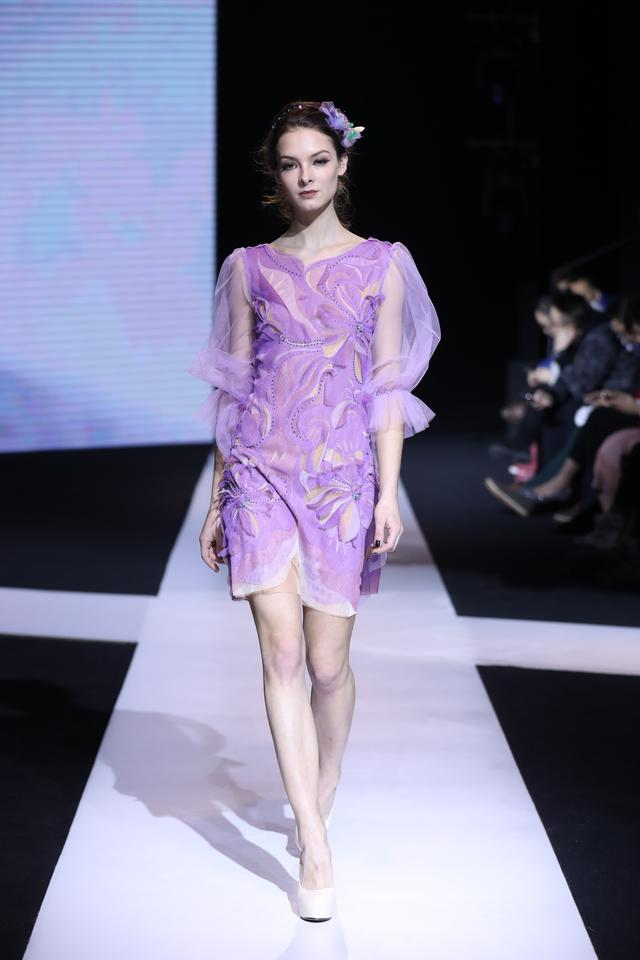精致的晚礼服,就像水彩画,充满了神秘的仙女的形象.