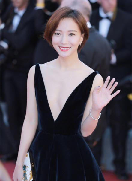 怎么李宇春又复制粘贴去年的戛纳发型---憋急!换了发色就是一只新的时髦精