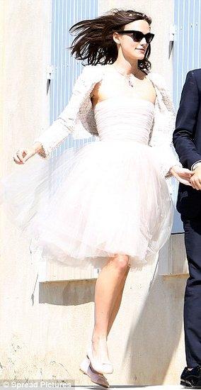 凯拉奈特利短裙平底鞋 婚纱减负更时髦