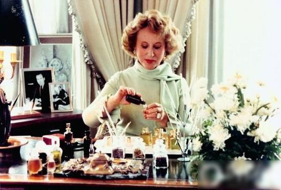你的化妆台上需要她 护肤油的门是时候开了