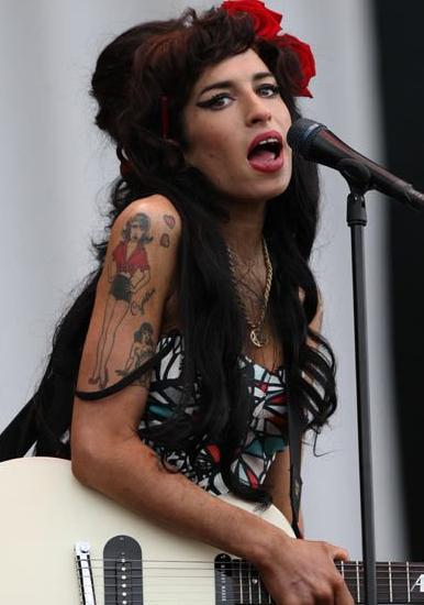 Rihanna变灰发魔女 吐槽女星重口味妆容