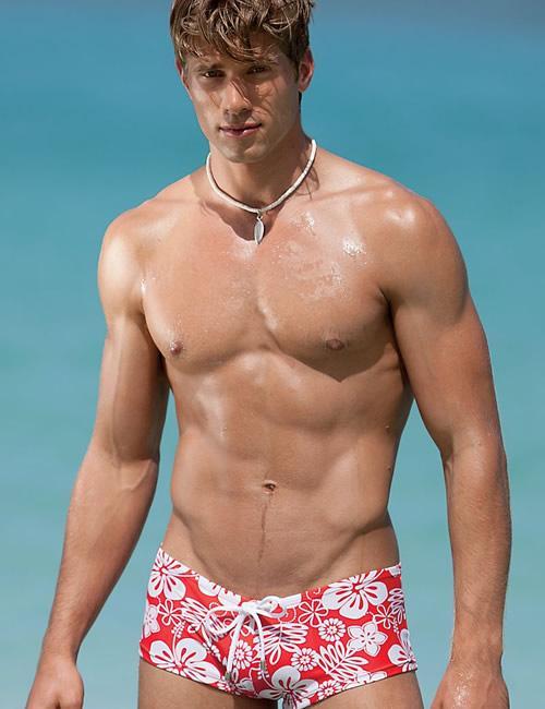 国外男性流行胸部整形 只为效仿贝克汉姆