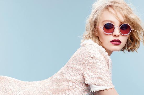 """形容为""""冷艳照人,性感无敌""""的模特,竟然是个年仅十岁的法国小女孩戴蓝图片"""