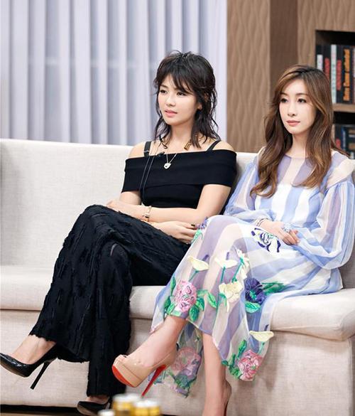 38岁俩女神同框,秦海璐高贵气质碾压刘涛老气发型!