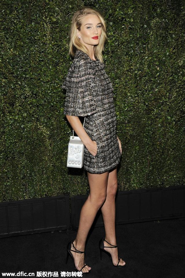穿衣榜:甜美乔妹PK时髦波比 谁能代表Chanel小礼裙?