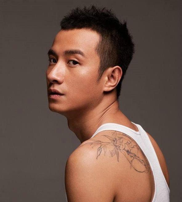 """明星示范:  文章后背的纹身图案为佛手中执的一支竹子,寓意""""掌上明"""