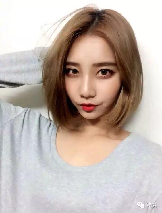 这款短发发型,经过层次感的发型修剪,极具青春动感气息,齐耳的短发图片