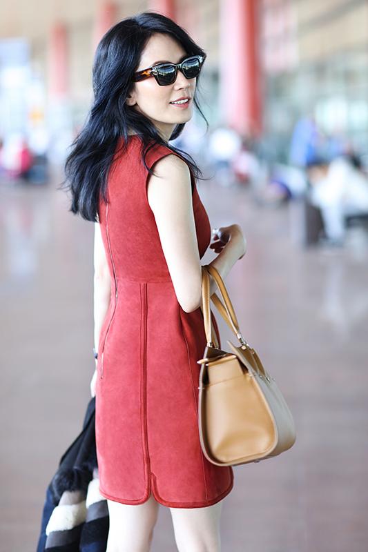 俞飞鸿启程米兰时装周 冻龄女神机场LOOK美到窒息