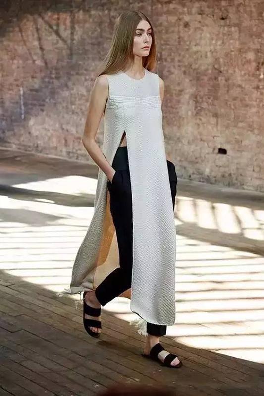 穿衣榜:深V开叉礼服 谁更野性有魅力