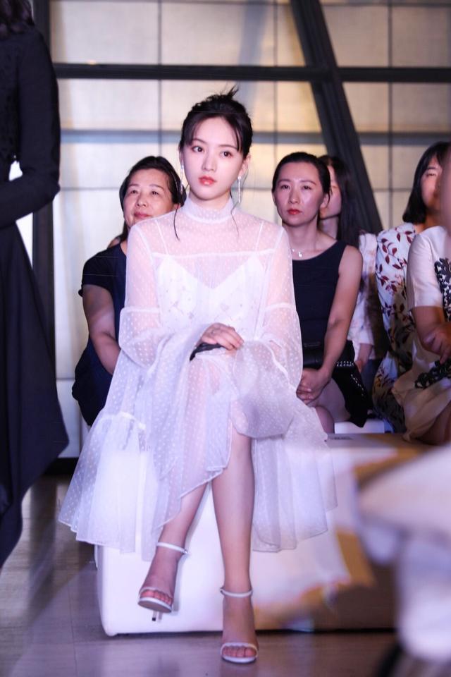 黄灿灿受邀出席品牌活动  白衣胜雪仙气满分