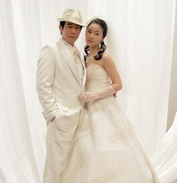 在电视剧《星光大道》中林心如身着一身纯白色西式婚纱宛如天仙嫁图片