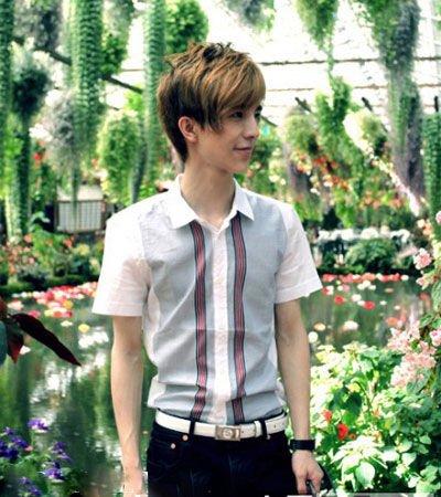 d&g的白色针织衫和logo皮带搭配普蓝色牛仔裤简洁休闲的造型很有活力.