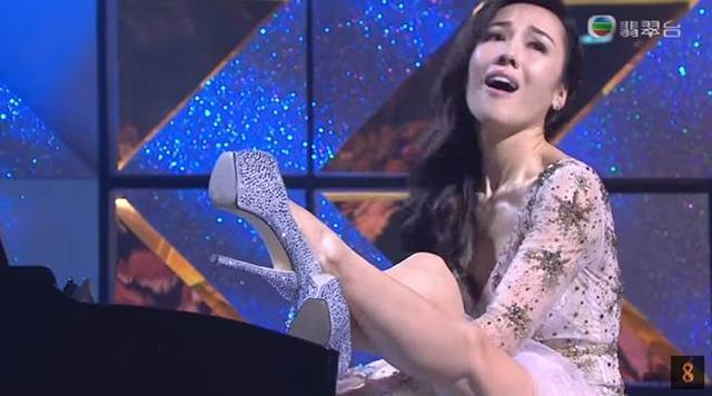 尴尬!女星台上弹钢琴各种花式抬腿 不慎露出…