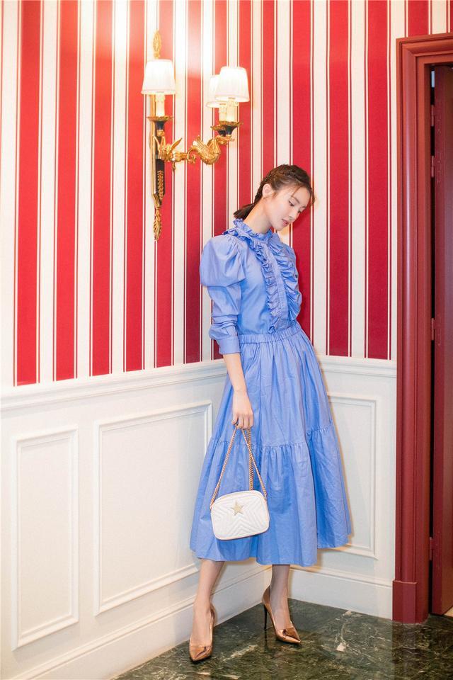 金晨清新亮相巴黎时装周 简约穿搭尽显柔美时尚感