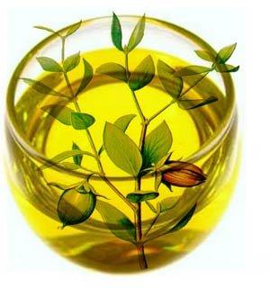 适合中性及油性肌肤的植物油种类: 荷荷巴油:质感类似图片