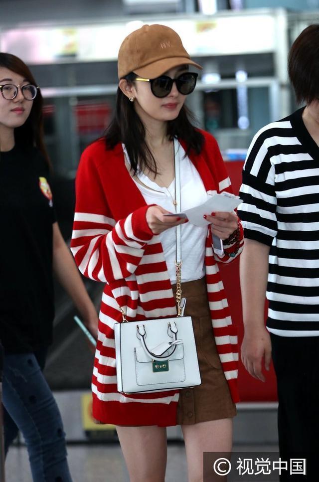 杨幂1w的开衫买不起,但条纹+单色的搭配你能学啊!