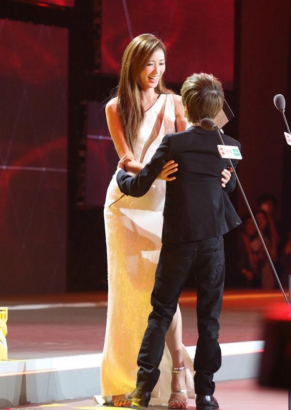林志玲抱起郭敬明 网友:像抱孩子似的 盘点那些年被林志玲抱过的男人