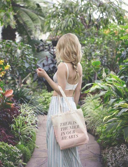你以为用来买菜的帆布包,其实上班出街都时髦
