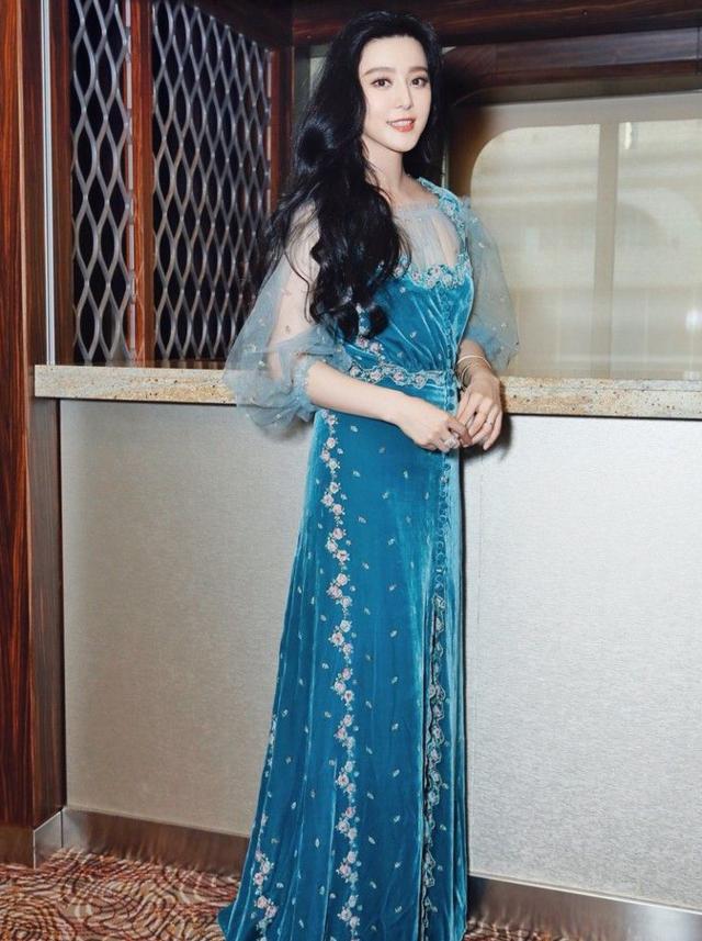 范冰冰身着luisa beccaria 丝绒裙优雅大气.