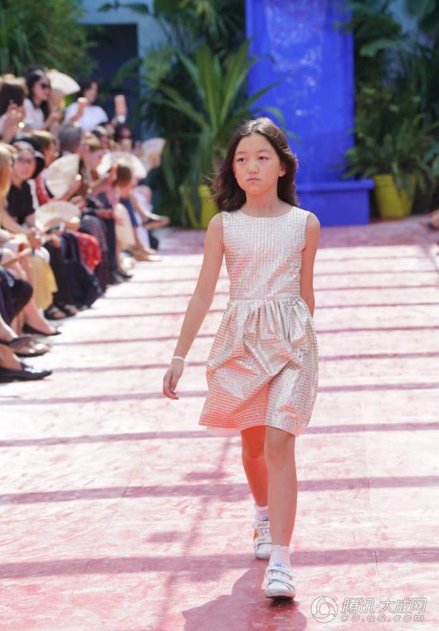 11岁李嫣登T台,自信的孩子是天使