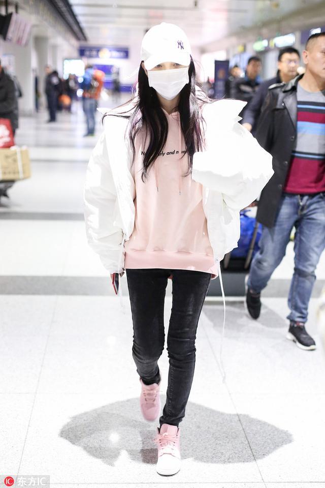 鹿晗关晓彤同框 穿羽绒服 板儿鞋才是这个冬天的正确打开方式