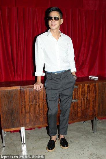 裤子与白衬衫搭配